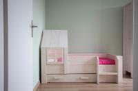 Vyvýšená drevená posteľ so schodíkom, šuplíkom a strieškou s okienkom