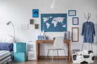 Písací stôl, stolička, kovový vešiak, rámčeky a mapa sveta