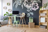 Písací stôl, stolička, tabuľová tapeta a palety ako poličky