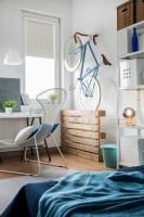 Písací stôl, stolička, závesná lampa, biele police