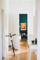 Jednoduchá vstupná chodba bytu v starom dome