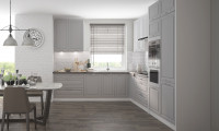 Svetlosivá matná kuchyňa a biely tehlový obklad
