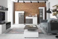 Obývacia izba s laminátovým nábytkom v kombinácií tmavého loftu a alpskej bielej