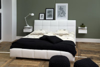 Moderná spálňa s bielou posteľou a nočnými stolíkmi