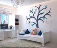Detská izba v bielej a modrej farbe s veľkou nástennou dekoráciou