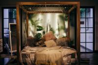 Masívna drevená posteľ s nebesami v bohémskom štýle