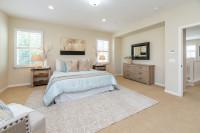 Manželská posteľ a drevené nočné stolíky v elegantnej spálni