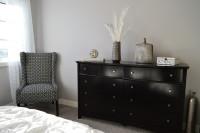 Elegantná komoda v čiernobielej spálni