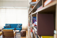 Svetlá obývačka s knižnicou a retro kreslami