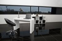 Minimalistická kancelária s čiernobielym moderným nábytkom
