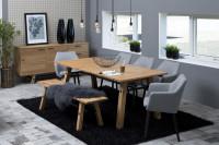 Jedáleň s dreveným nábytkom s industriálnymi doplnkami