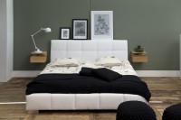 Spálňa s moderným nábytkom v kombinácii čiernej a bielej farby