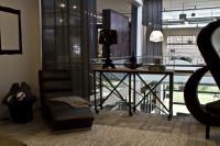 Veľký poschodový dom s vysokým stropom zariadený moderným nábytkom