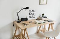 Pracovný stôl s bielou stoličkou v škandinávskom štýle