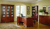 Pohodlné kancelárske kreslo v luxusne zariadenej pracovni