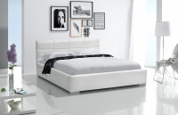 Moderná minimalisticky zariadená spálňa v bielej farbe