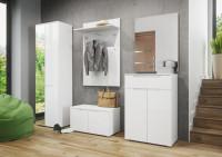 Moderný biely nábytok do predsiene v kontraste s elegantnou sivou stenou