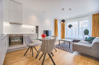 Štýlové čalúnené stoličky v modernej obývačke s kuchyňou