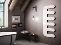 Kúpeľňa v sivom odtieni s doplnkami v industriálnom štýle