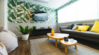 Pestrofarebná obývačka s florálnou tapetou