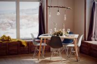 Biely jedálenský stôl s modernými plastovými stoličkami