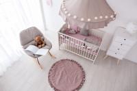 Biela detská postieľka s fialovými doplnkami