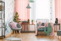 Kovová posteľ a ružové závesy