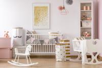 Postieľka, kolíska a hojdací koník v romantickej detskej izbe