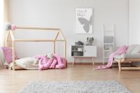 Posteľ v tvare domčeka, ružový vankúš a deky