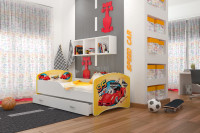 Detská izba zariadená pestrofarebným nábytkom s motívom áut
