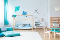 Domčeková posteľ, detský stolík so stoličkami a modré ležadlo