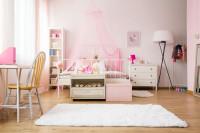 Biela posteľ s ružovým baldachýnom