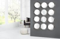 Dizajnové viacdielne zrkadlo na sivej stene
