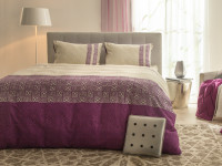 Spálňa s manželskou posteľou v modernom romantickom štýle