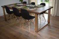Drevený stôl pre šiestich s čiernymi stoličkami
