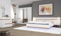 Moderná spálňa s bielym lesklým nábytkom