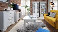 Obývačka s tehlovými stenami zariadená provensálskym nábytkom