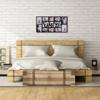 Spálňa s bielou tehličkou stenou