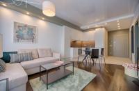 Moderná svetlá obývačka s jedálňou