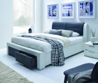 Moderná spálňa s čiernobielou manželskou posteľou so zásuvkami