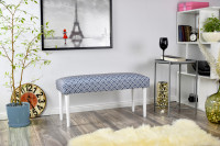 Obývacia izba s modrobielou lavicou