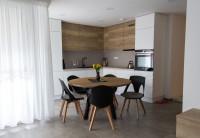 Minimalistická kuchyňa s okrúhlym jedálenským stolom