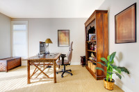Netypický pracovný stôl s kancelárskou stoličkou