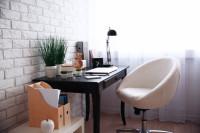 Elegantný čierny pracovný stôl s bielou stoličkou