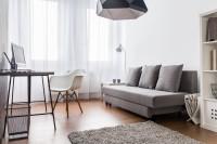 Jednoduchý pracovný stolík s bielou stoličkou