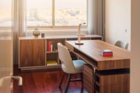 Pracovný stôl so šuplíkmi a stoličkami z oboch strán