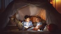 Detský úkryt zo stoličiek a plachty