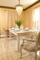 Drevený biely jedálenský stôl s modernými aj vintage stoličkami