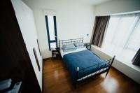 Kovová manželská posteľ a dva jednoduché nočné stolíky
