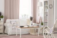 Obývačka v kombinácii bielej a ružovej